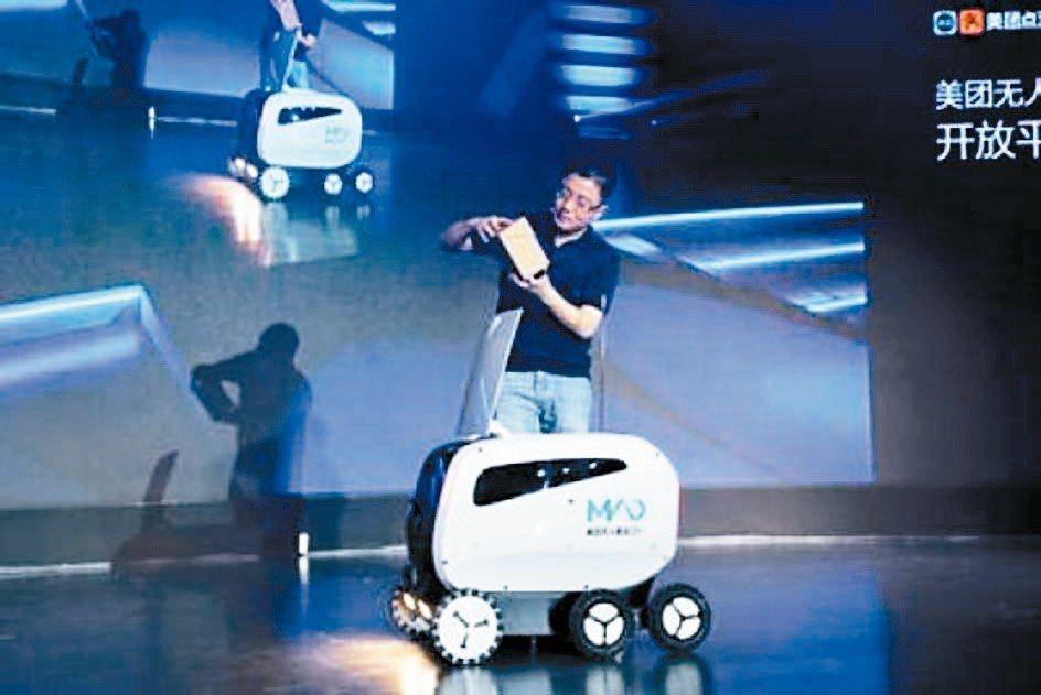 大陸外賣巨頭美團將於9月下旬在香港上市,圖為美團昨天在北京發布無人配送車。 網路...