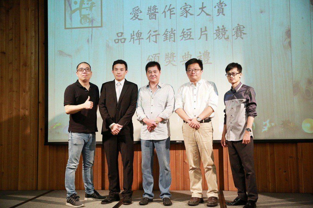 愛醬首屆影片競賽_評審團隊與創辦人劉眺晨合影。愛醬/提供
