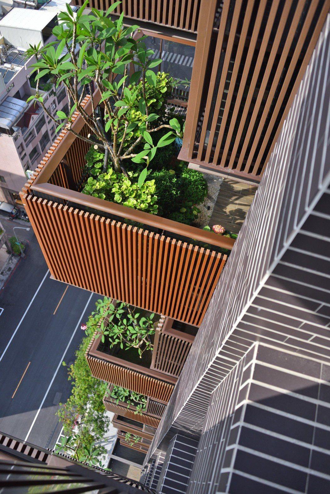 錯層陽台讓建築物立面更活潑。