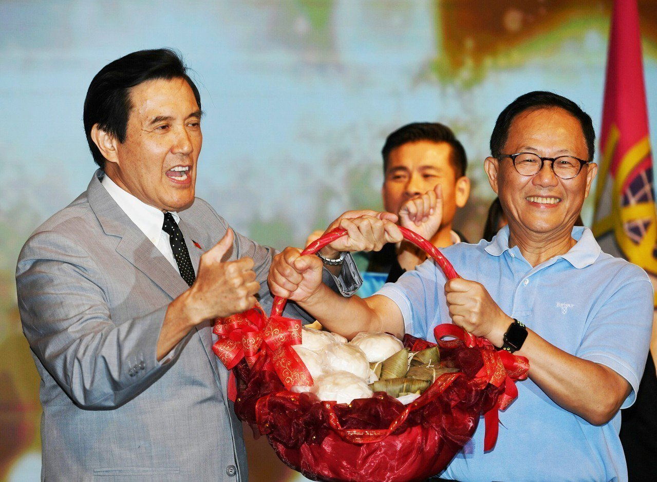前總統馬英九(左)與國民黨提名台北市長參選人丁守中(右)25日晚間在台北出席台北...