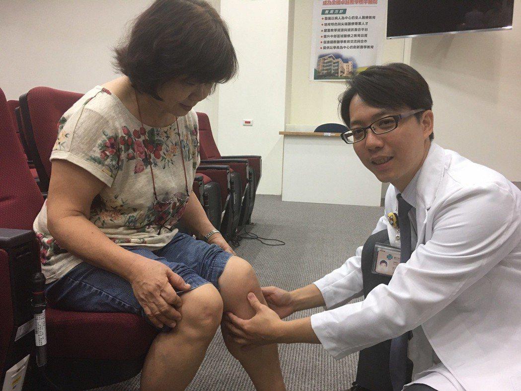 許群昇醫師示範增生療法注射部位。 臺中榮總/提供。