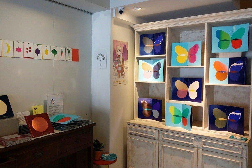 店裡展示法國平面設計師Fanette Mellier使用大量特別色與磷光彩墨燙金...