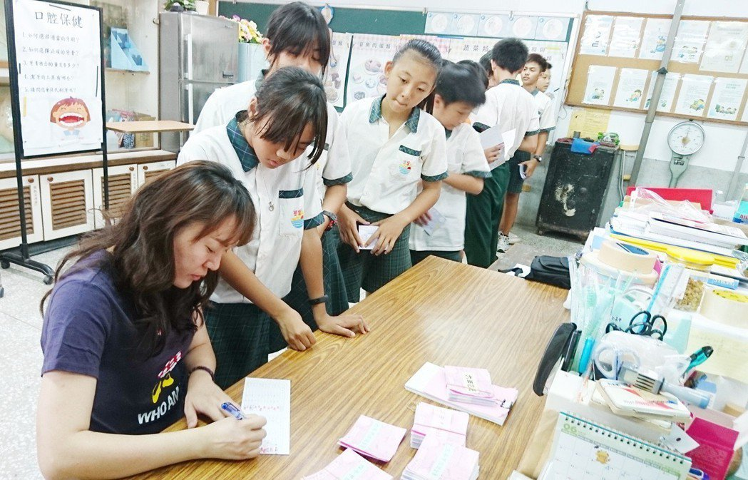 「學生儲金簿」也曾是兒童理財方式之一,今年7月停辦。 本報資料照片/記者羅紹平攝...