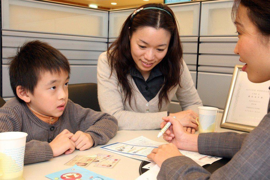 專家建議父母可幫子女開立獨立帳戶及早規畫理財。 圖/聯合報系資料照片