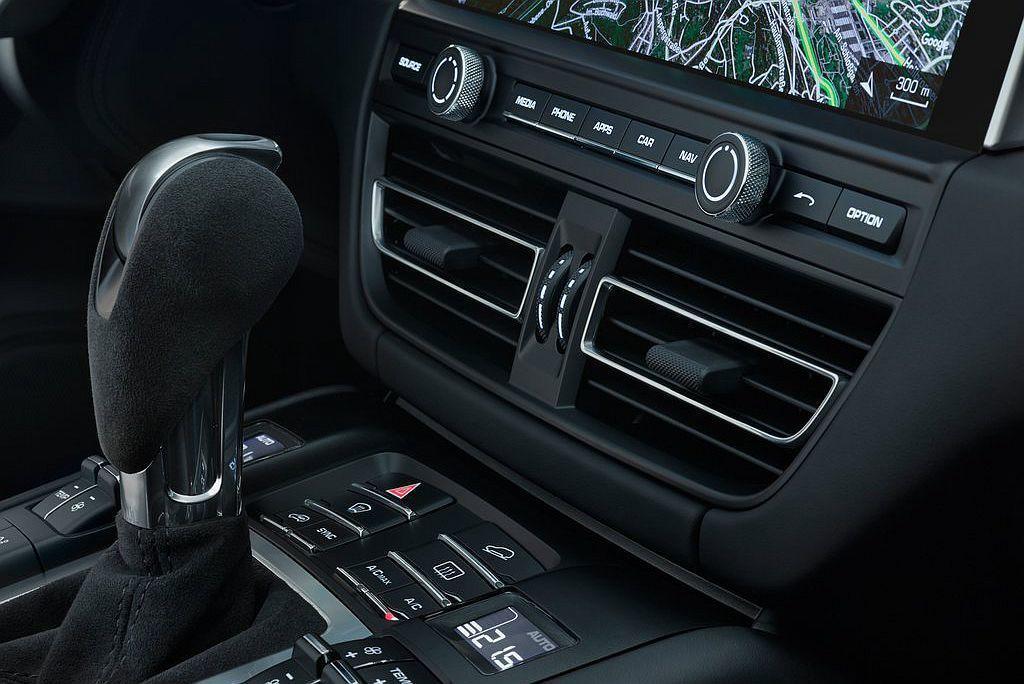 由於控台螢幕尺寸升級,使中央冷氣出風口的位置有所調整。 圖/Porsche提供