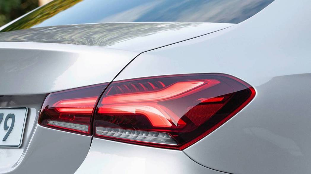 A-Class Sedan尾燈的LED光條也經過重新設計。 摘自Mercedes