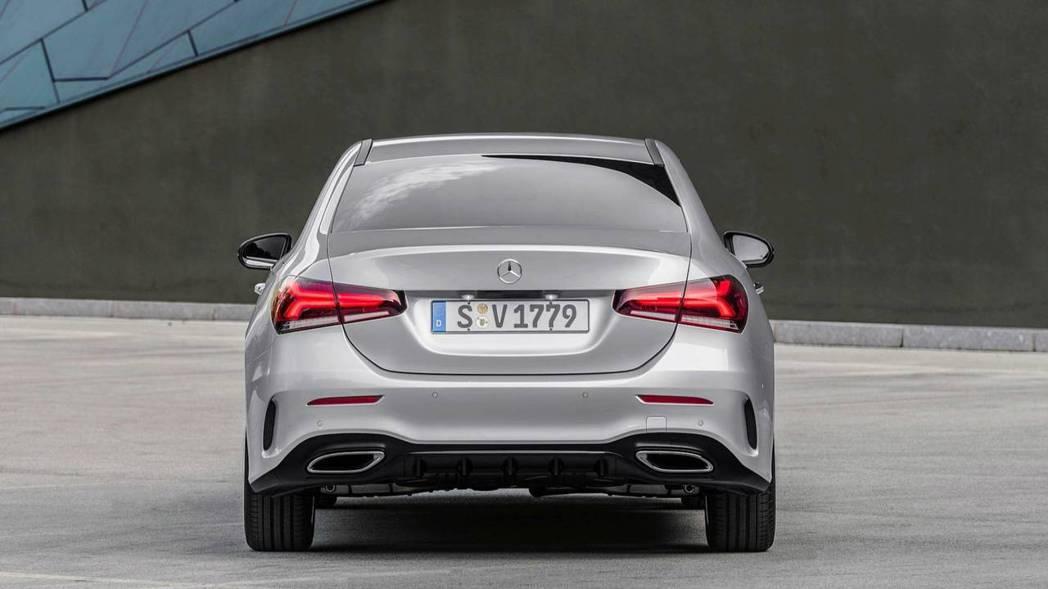 車尾則是跳脫C、E、S系列的設計語彙。 摘自Mercedes