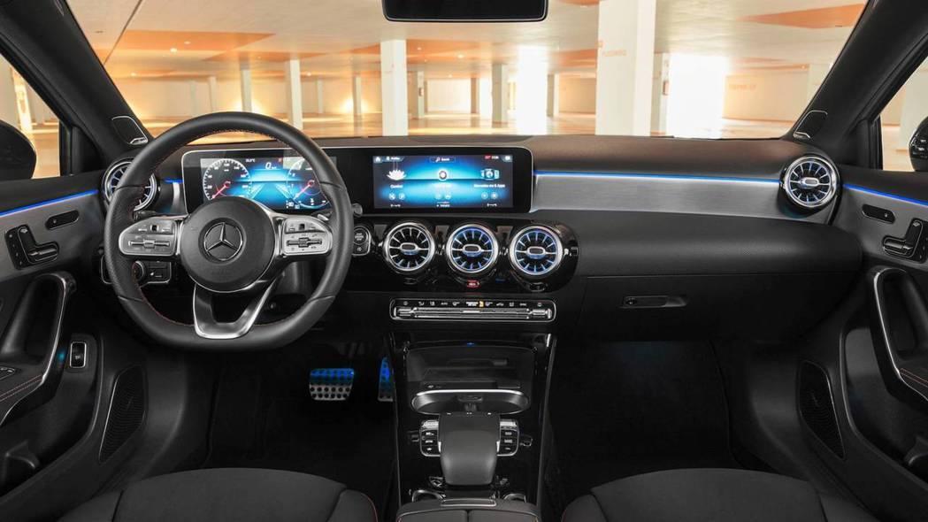 氣氛燈更是下放至A-Class Sedan,有64種選擇。 摘自Mercedes