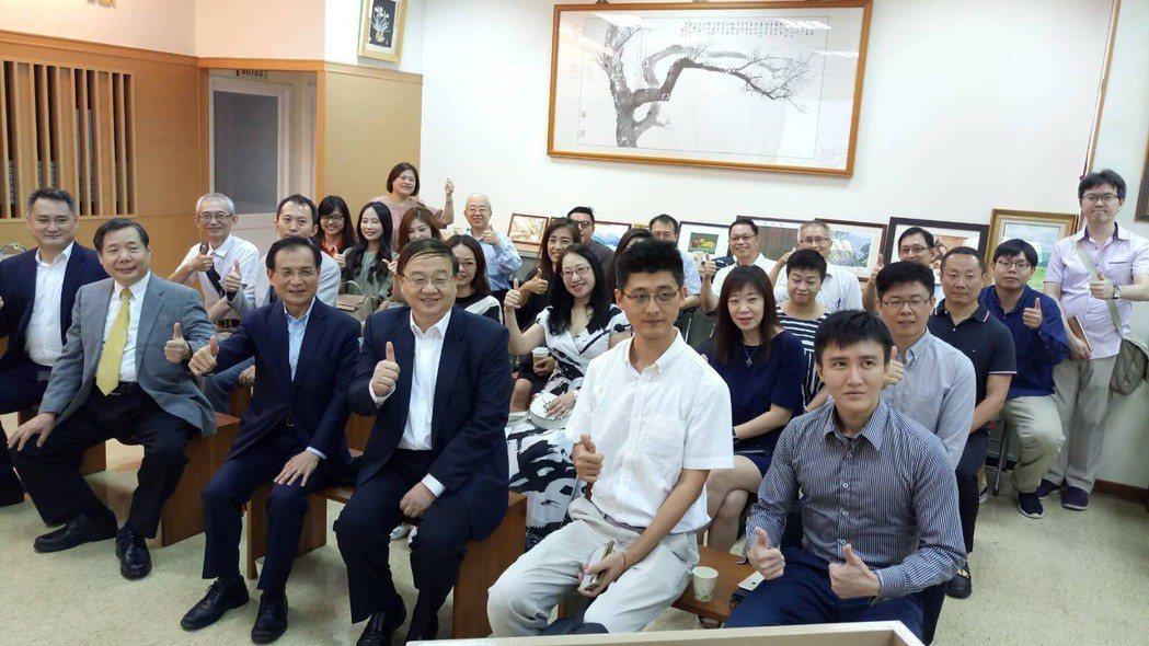 商研院董事長許添財(前排左三)、副院長王建彬(前排右三)出席活動。商研院/提供。