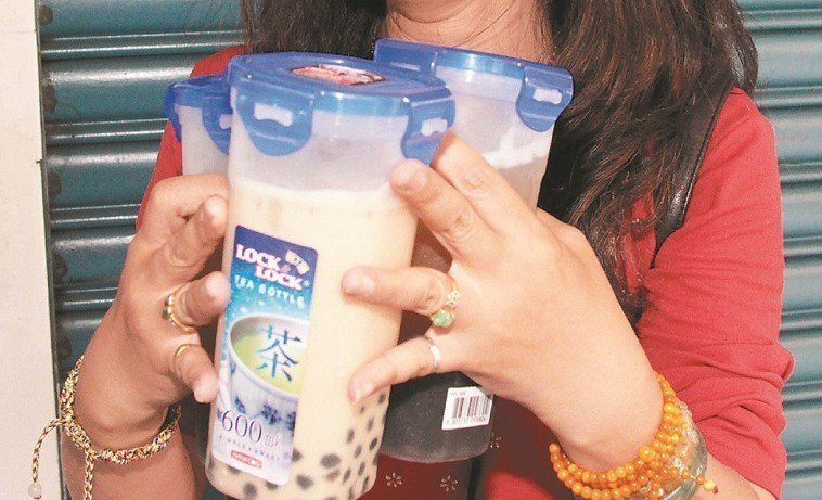 越來越多消費者在購買飲料時,會自備可重複裝填使用的環保杯。報系資料照