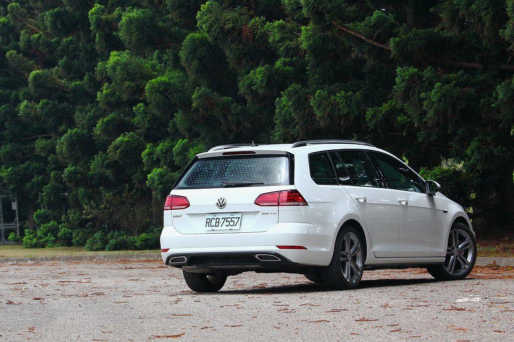旅行車比房車、掀背車有更充裕的置物空間外,燃油經濟性也比同級休旅車出色。 記者張...