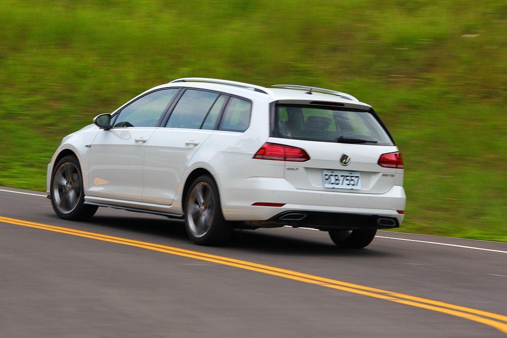 福斯Golf Variant由於比掀背車多了一截車尾並增加些許重量,因此車輛動態表現也顯得沉穩許多。 記者張振群/攝影