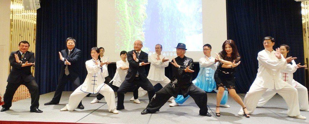 貴賓們跟隨老師一同演練陳氏太極拳。 台灣區觀光協會聯合會/提供