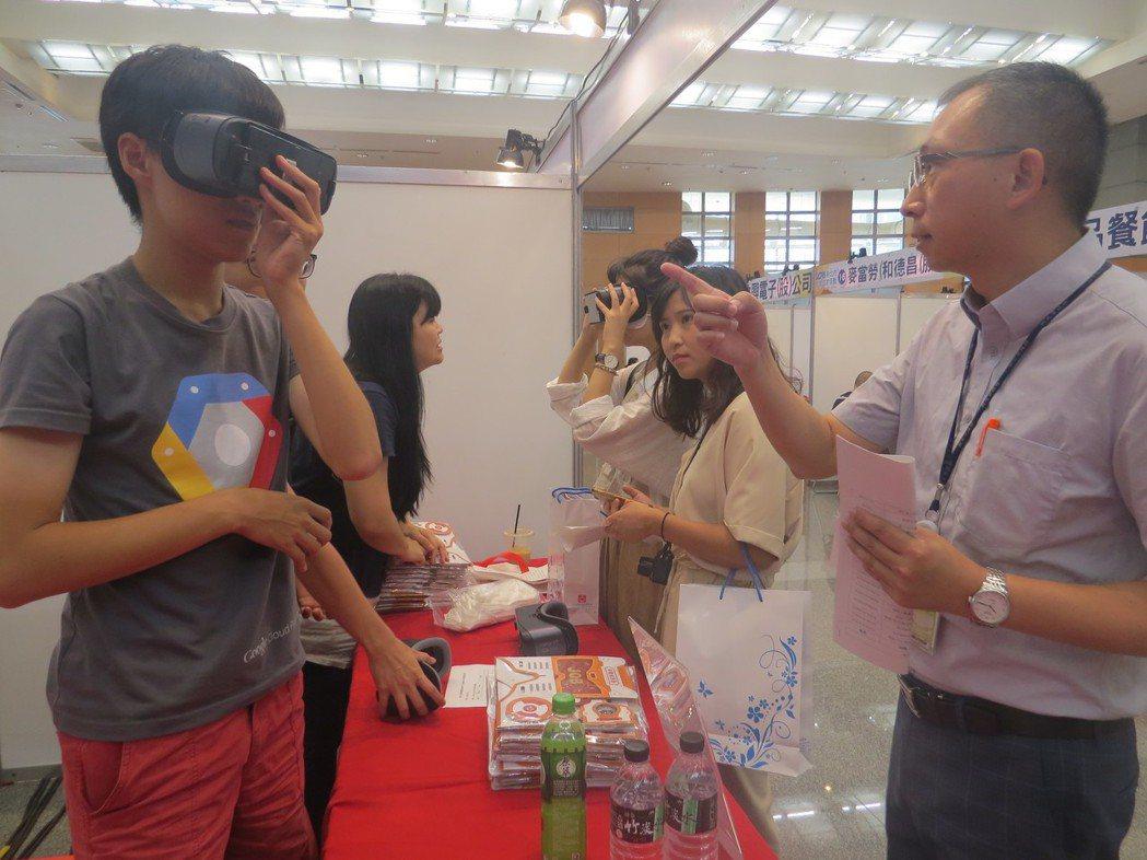 新北市就業服務處長林澤州(右)表示,現場廠商招募人才外,也規劃並邀請「VR求職專...