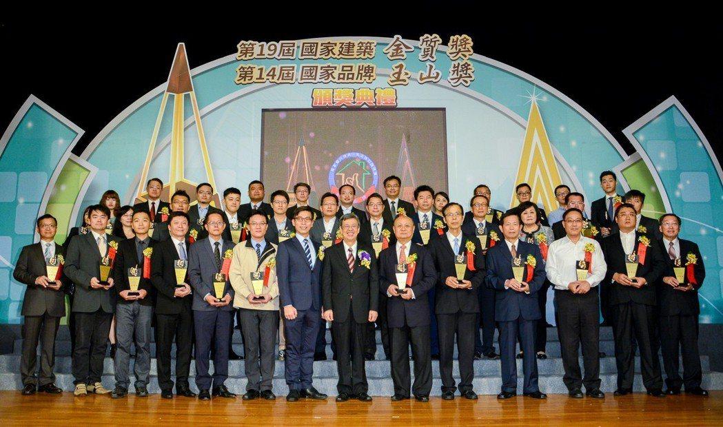「國家建築金質獎」是建築人引以為傲的最高榮耀。圖為副總統陳建仁(前排右七)親臨第...