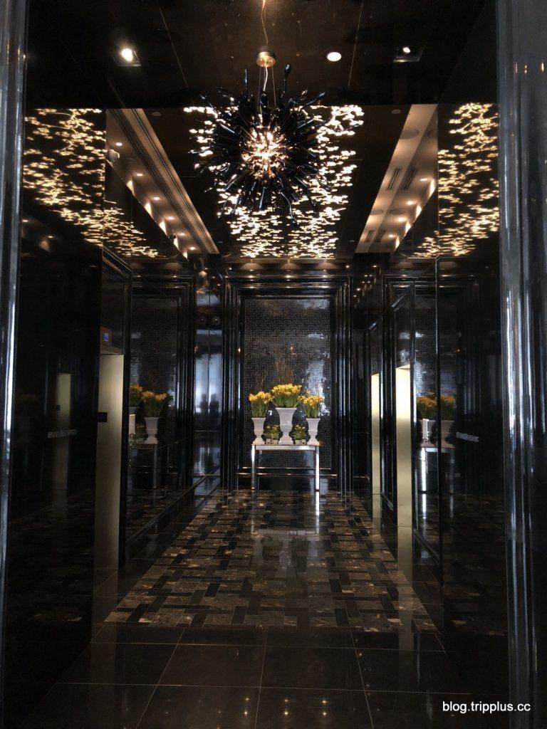 進入電梯區,使用了黑色大理石,伴隨著特殊的燈飾,企圖製造神秘感 圖文來自於:Tr...