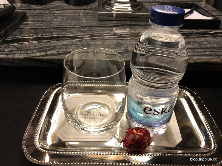 用了小托盤來盛裝飲用水跟杯子,還送了巧克力 圖文來自於:TripPlus