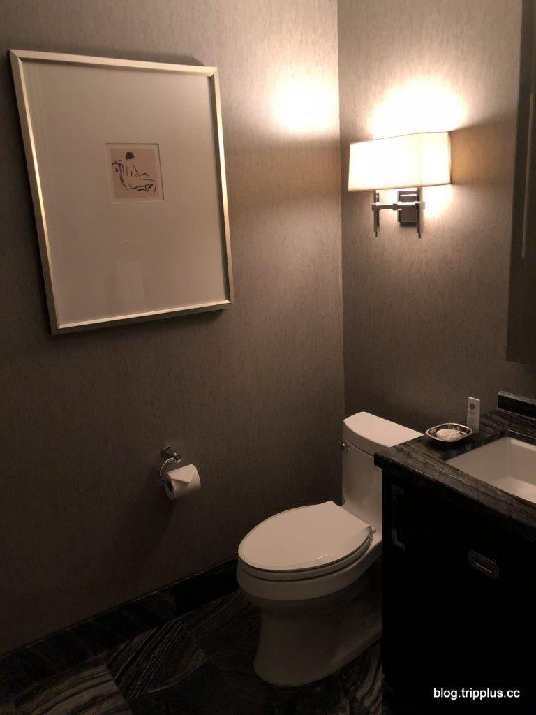 你沒看錯,客廳還有另一個半套的廁所(我一個人是怎麼用的上四個水槽?) 圖文來自於...