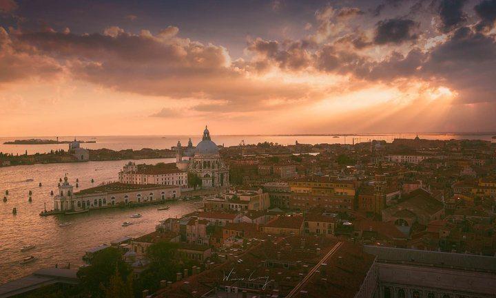 從鐘樓眺望威尼斯夕景。 圖/背包客棧