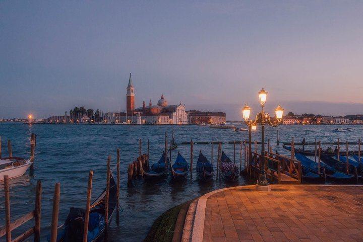 傍晚鵝黃色燈光點亮的威尼斯。 圖/背包客棧