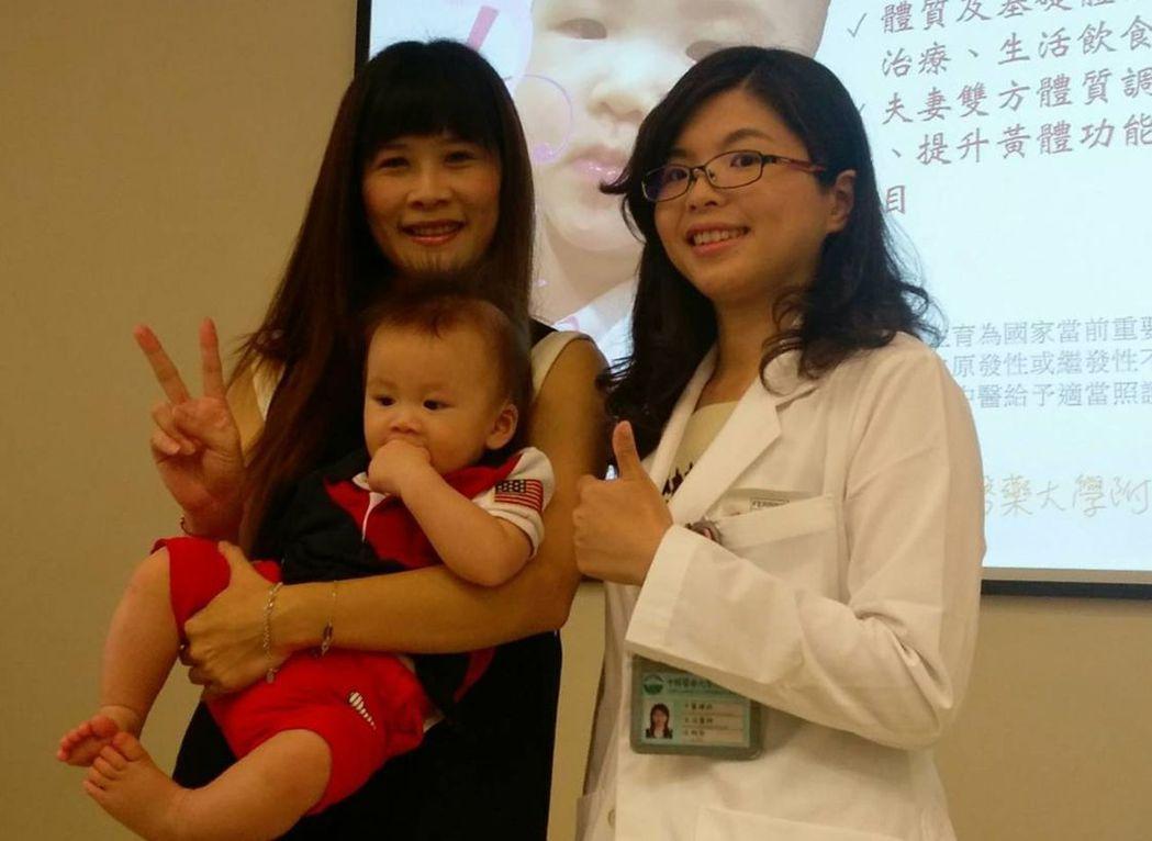 黃姓婦人(左)抱著9個月大的兒子,與中醫師沈俐玲(右)分享喜悅。圖/中國附醫提供