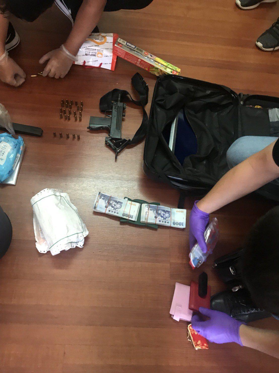 沙鹿合庫搶匪44歲歐嫌上午在屏東落網,現場從背包中起出部分現金及烏茲衝鋒槍一支。...