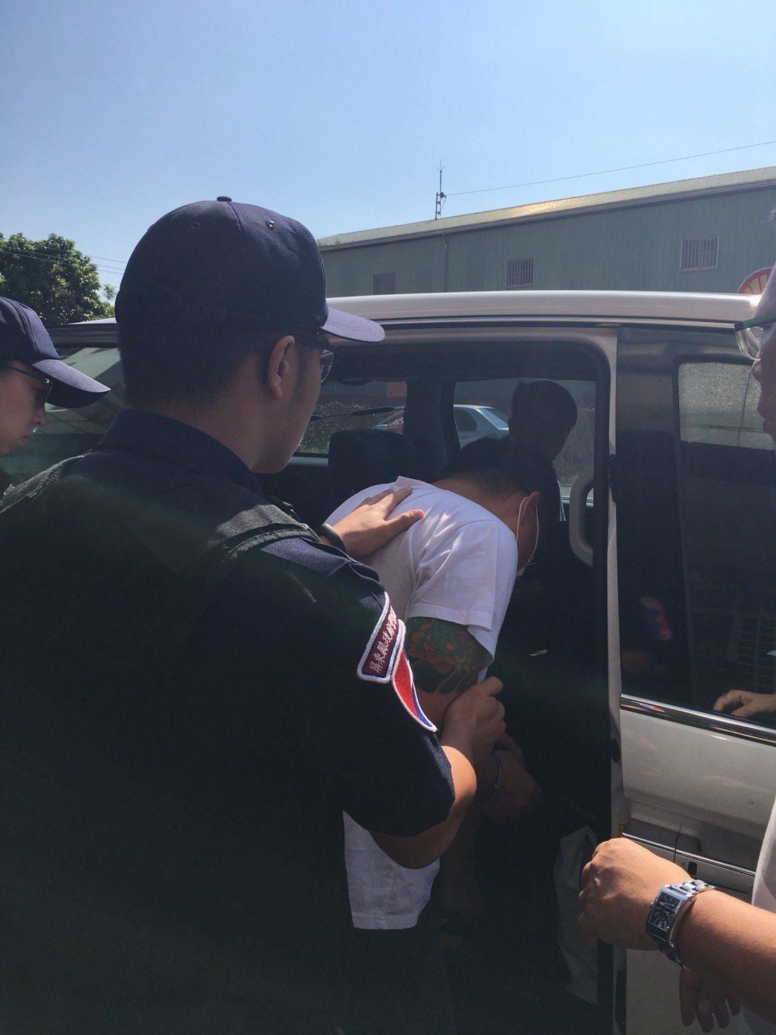 沙鹿合庫搶匪44歲歐嫌上午在屏東落網,將帶回台中偵訊。圖/警方提供