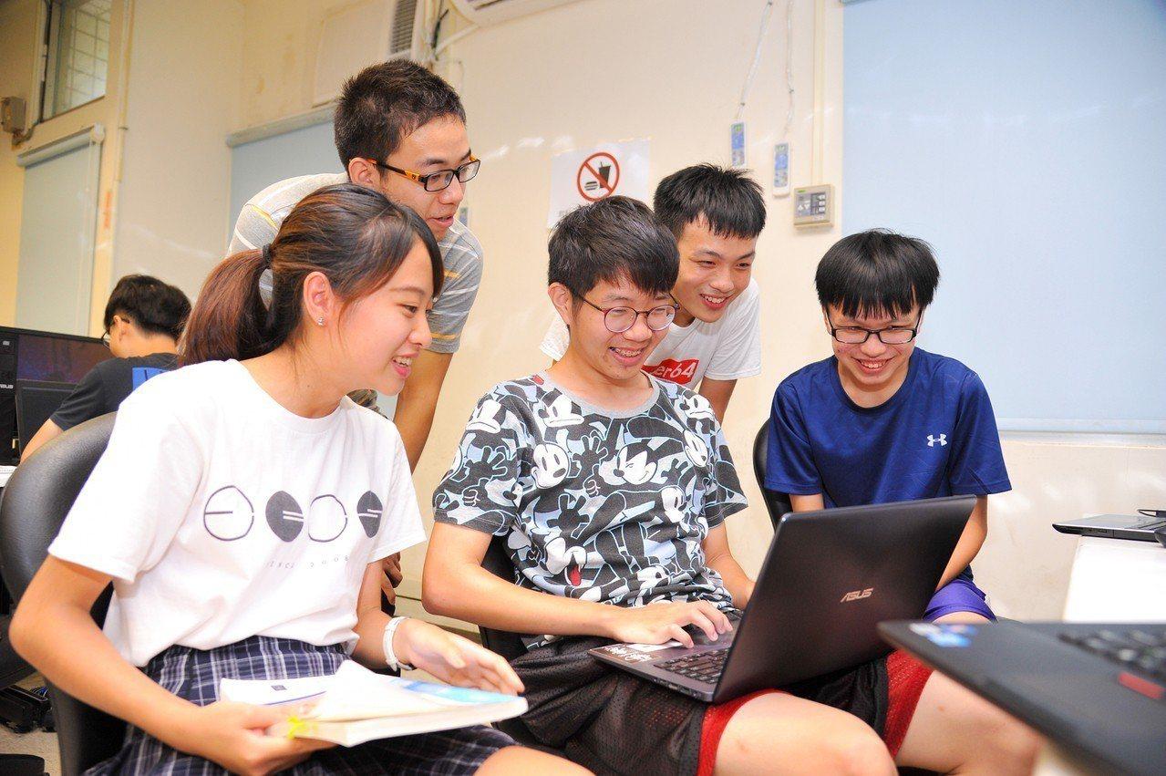 兩岸清華學生一起討論課堂習題。圖/清華大學提供