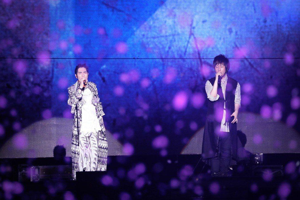 五月天25日在上海開唱,請來蕭敬騰當嘉賓。圖/相信音樂提供