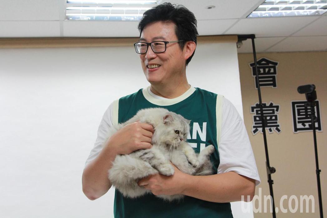 民進黨台北市長參選人姚文智今與北市現任議員及參選人一起在市議會拍攝定裝照,還推出...