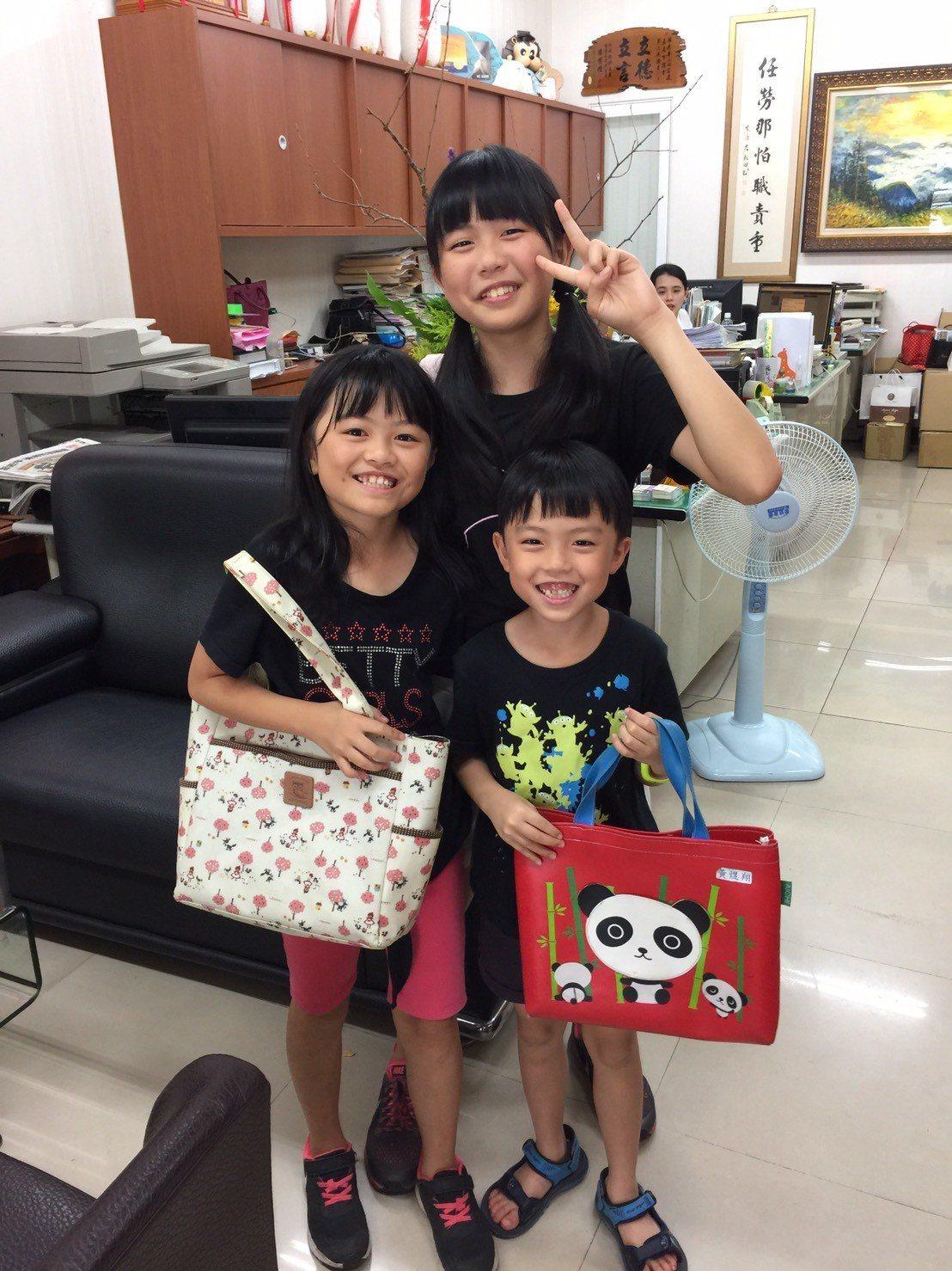 分別就讀國中、國小的黃家三姊弟,父母在新竹科學園區工作,回嘉義的阿公阿嬤家過暑假...