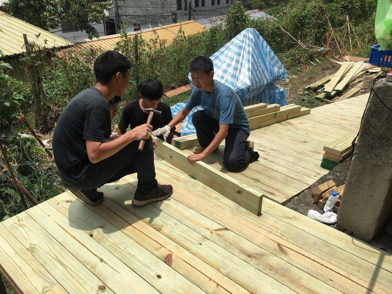 風奶奶家後院通往菜園的破舊木梯,經過修繕後改建成斜坡棧道,未來還會加裝扶手,讓風...