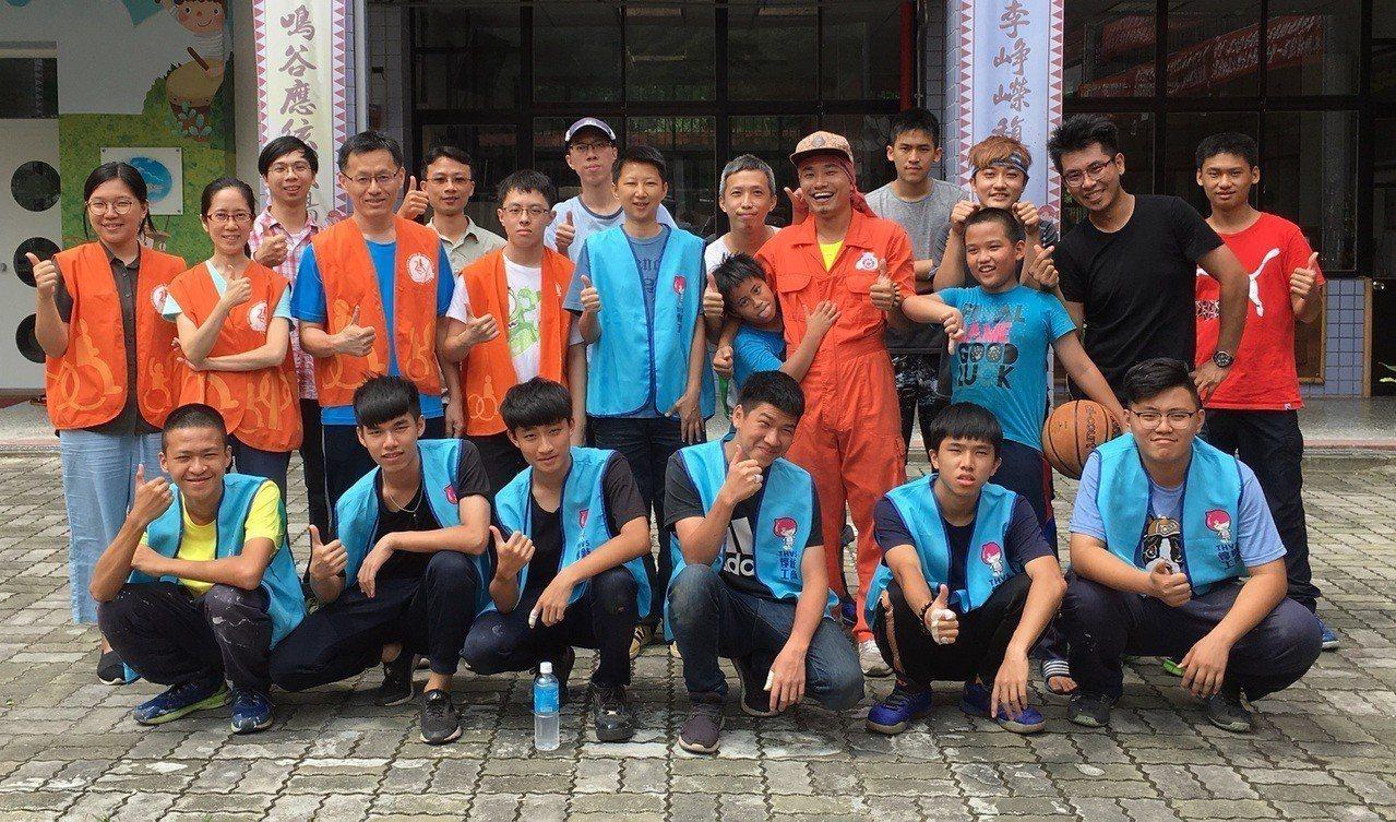 伊甸志工修繕團隊約有20人一起投入此次修繕活動。記者陳斯穎/攝影