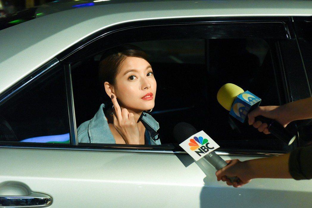 王樂妍在戲中比中指。圖/緯來電影台提供