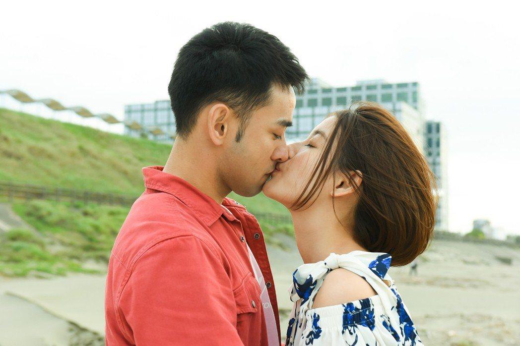 王樂妍(右)和潘柏希拍吻戲。圖/緯來電影台提供