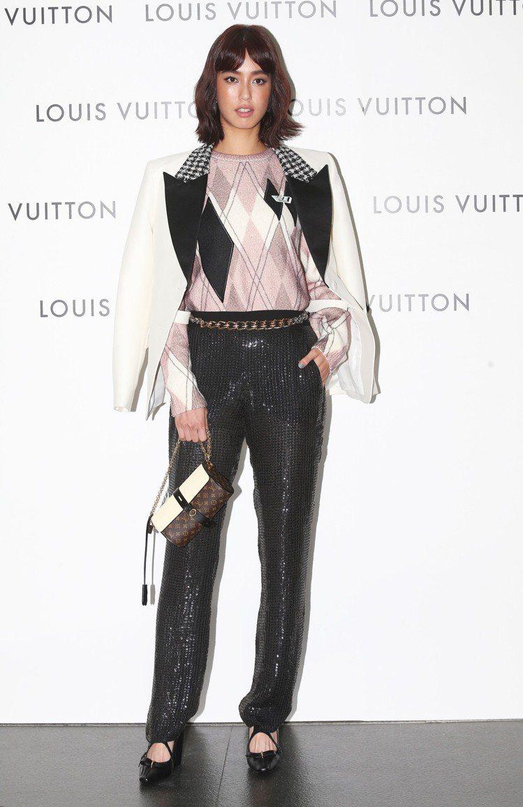 陳庭妮詮釋晚宴服外套13萬1,000元、針織上衣65,500元、長褲14萬9,0...