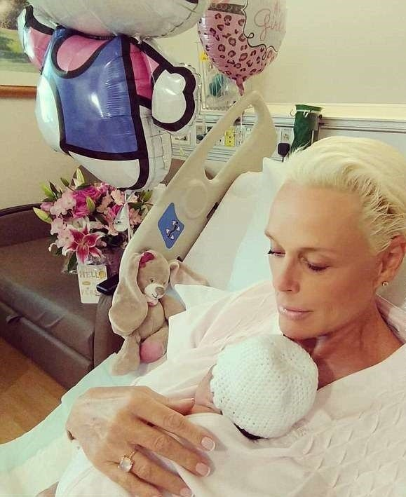 布莉姬尼爾森抱著得來不易的愛女,表情安詳滿足。圖/摘自Instagram