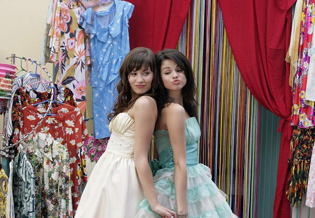 黛咪洛瓦托(左)與席琳娜曾一起合演迪士尼頻道原創電影「公主保衛戰」,交情深厚。圖...