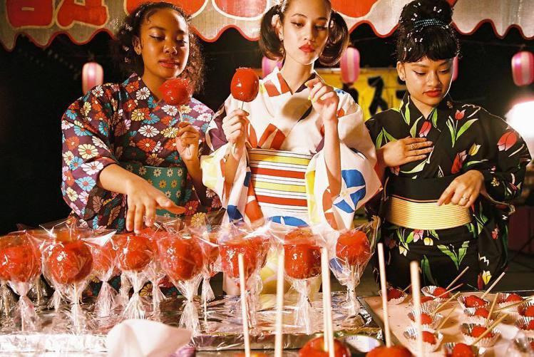 水原希子的自創潮牌「OK」服裝都藍天白雲、彩虹、蝴蝶、花朵等圖案,加上鮮豔的配色...
