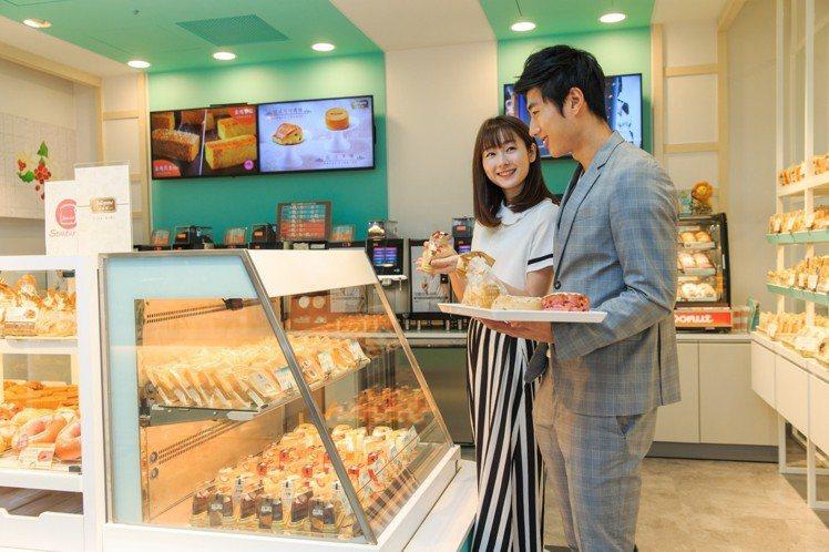7-ELEVEN於宏泰門市以蒂芙尼藍綠色與白色系打造歐風麵包店空間。圖/7-EL...