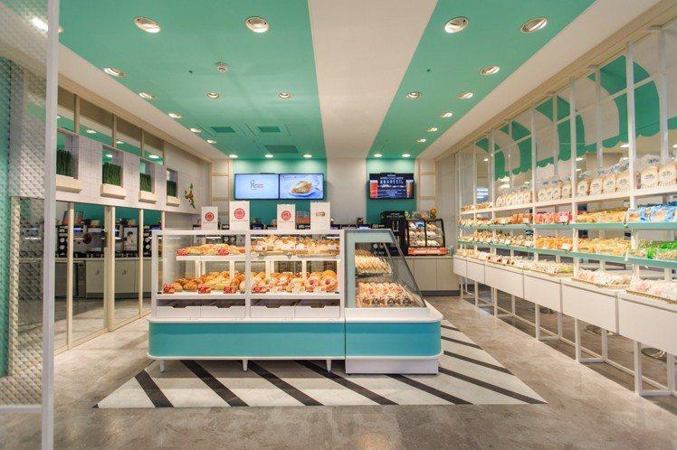 針對不同麵包屬性及選購動線,放入雙層及中島展示櫃、冷藏櫃。圖/7-ELEVEN提...