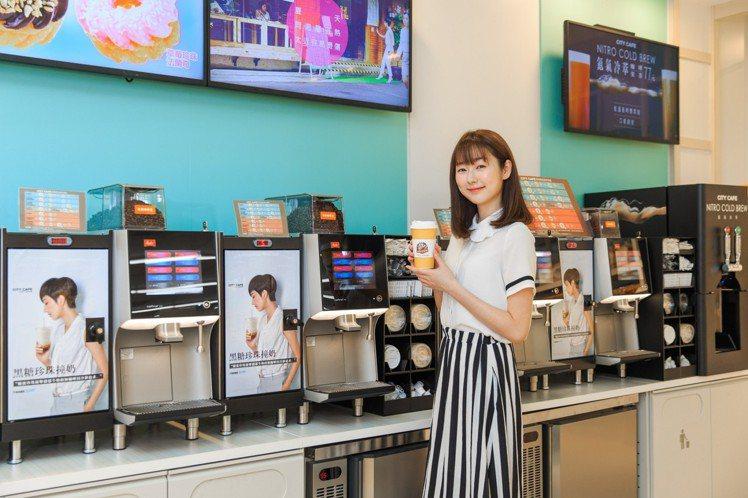 7-ELEVEN宏泰門市設置CITY CAFÉ自助區,可先至櫃台購買杯子,自己操...