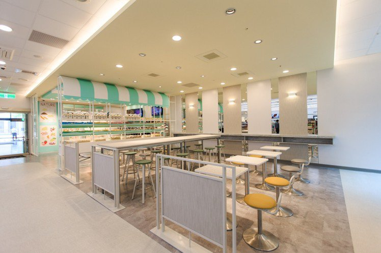 座位區共占宏泰門市四分之一空間,有立食區、高矮桌及多人大桌等不同設計。圖/7-E...