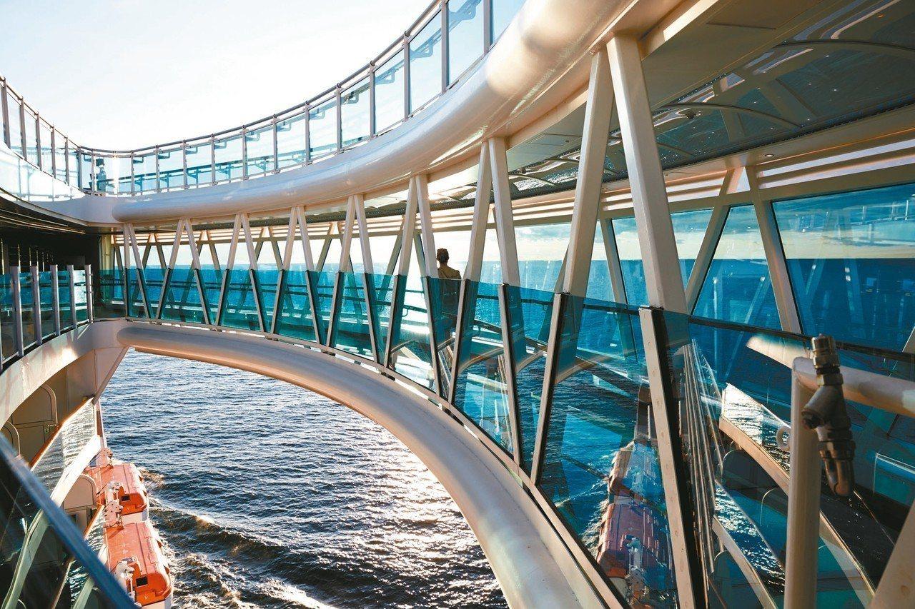 全透明玻璃打造的天空步道,擁有360度的絕佳美景。 圖/百威旅遊提供