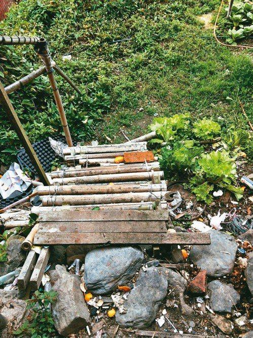 新竹縣五峰鄉的風奶奶家是40年舊屋,原本後院通往菜園的木梯已經破爛不堪,且對於行...