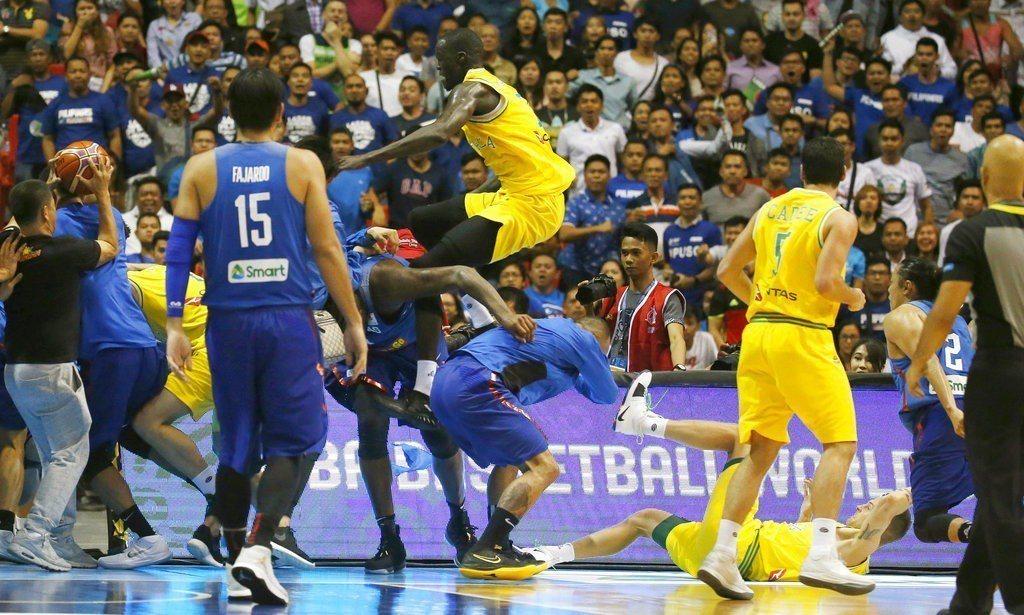 菲律賓隊在世界盃男籃亞洲區資格賽中,與澳洲隊打群架被國際籃球總會處分,10名球員...