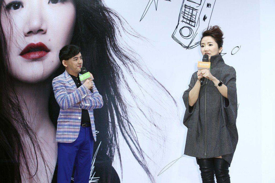 陶晶瑩(右)將舉辦演唱會,說出她曾向王菲請教上台唱歌時可能會遇到的情況,被一旁的...