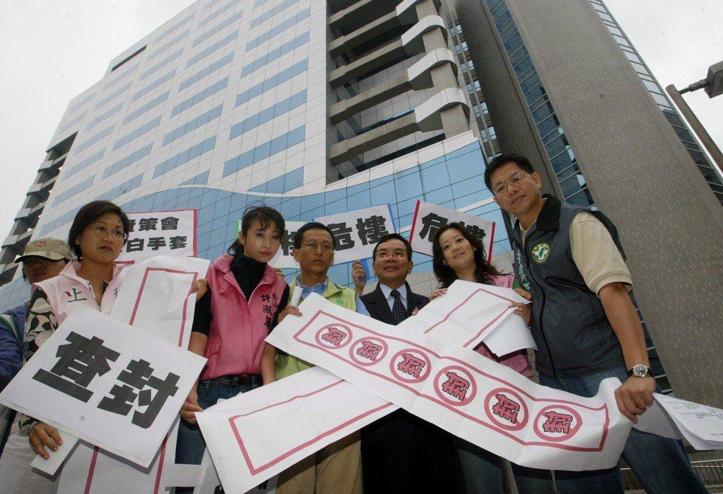2006年立委邱創進(右三)及台北市議員周威佑(左三)等人前往由資策會標租作為亞...