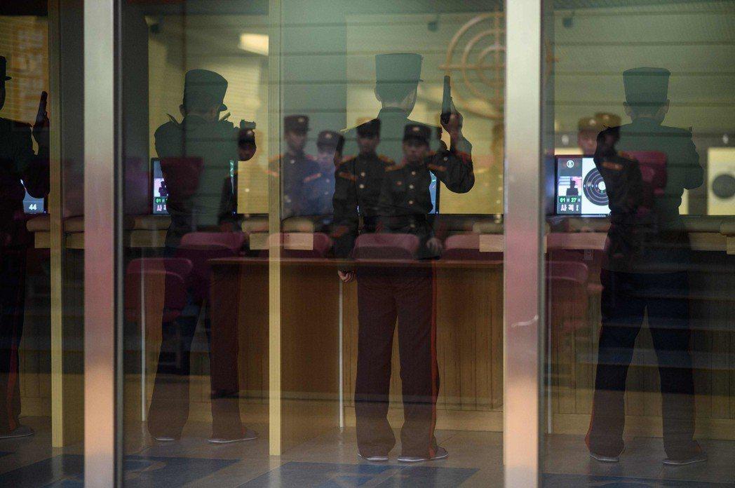 萬景台學院的學生在電子靶場練習射擊。 法新社