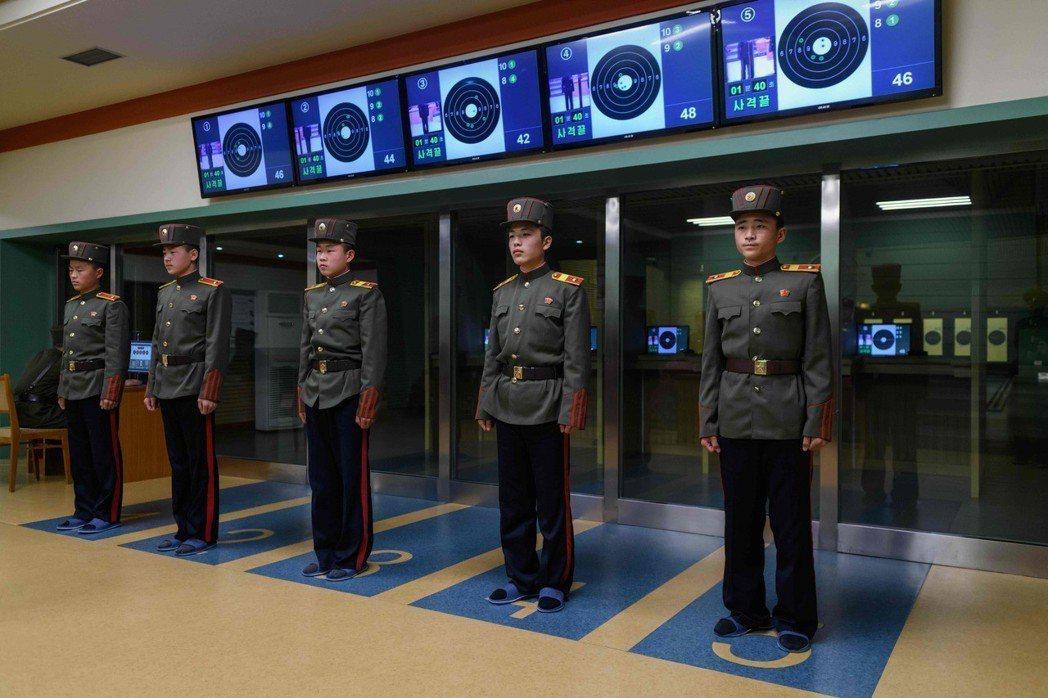 萬景台學院的制服據說是由康磐石設計,長褲上有一條醒目的紅線。 法新社